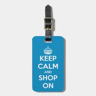 Guarde la calma y haga compras en etiqueta azul de etiquetas de equipaje