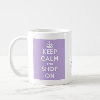Guarde la calma y haga compras en la lavanda taza de café
