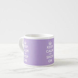 Guarde la calma y haga compras en la lavanda taza de espresso