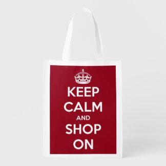 Guarde la calma y haga compras en rojo y el blanco bolsas reutilizables