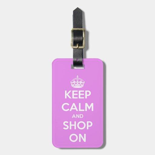 Guarde la calma y haga compras en rosa etiqueta de maleta