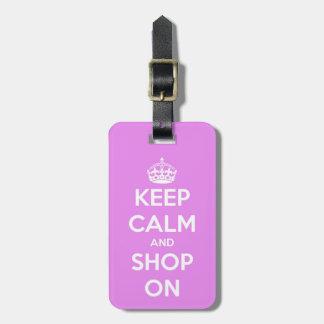 Guarde la calma y haga compras en rosa etiquetas para maletas