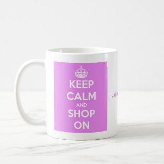 Guarde la calma y haga compras en rosa taza de café
