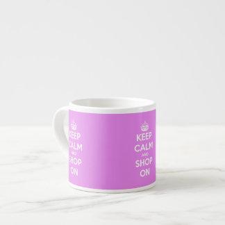 Guarde la calma y haga compras en rosa taza de espresso
