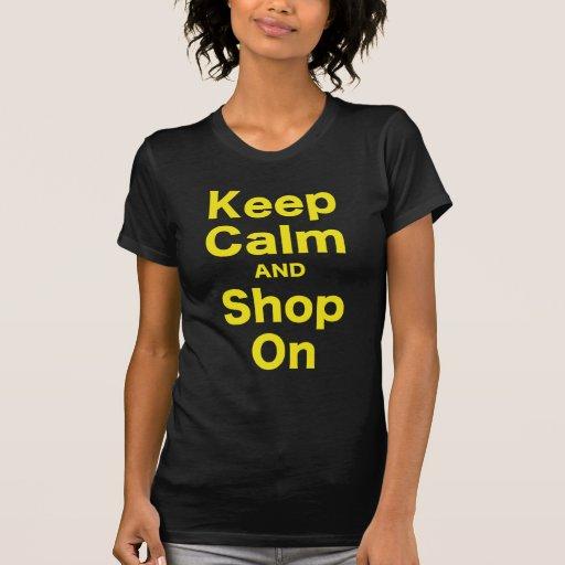 Guarde la calma y haga compras encendido camiseta