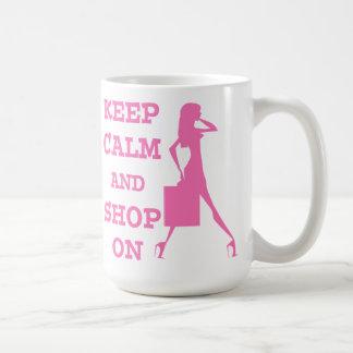 Guarde la calma y haga compras encendido taza de café