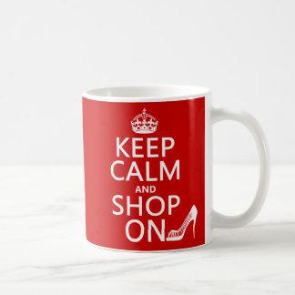 Guarde la calma y haga compras encendido - todos taza de café