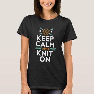 Guarde la calma y haga punto en la camiseta de la