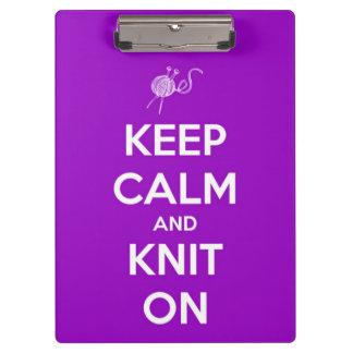 Guarde la calma y haga punto en la púrpura persona