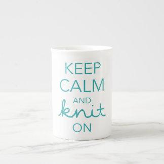 Guarde la calma y haga punto encendido taza de porcelana