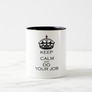 Guarde la calma y haga su trabajo taza dos tonos