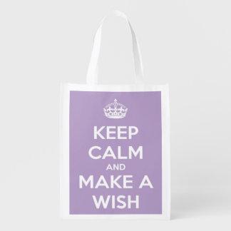 Guarde la calma y haga una lavanda y un blanco del bolsas reutilizables