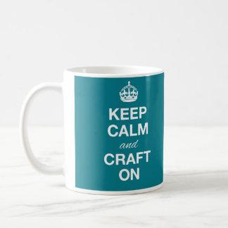Guarde la calma y hágala a mano en la taza
