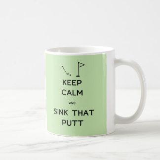 Guarde la calma y hunda ese putt taza