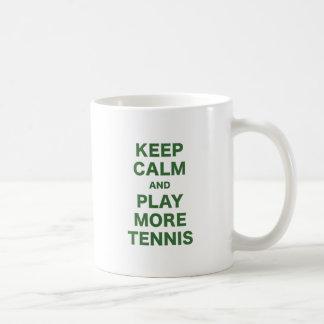 Guarde la calma y juegue a más tenis taza básica blanca