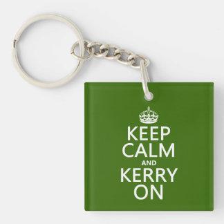 Guarde la calma y Kerry en (cualquier color de fon Llavero