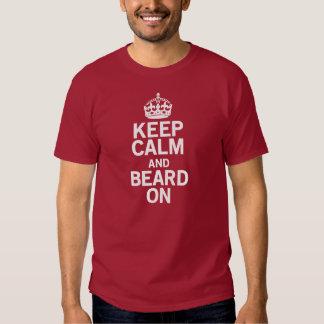 Guarde la calma y la barba encendido playera