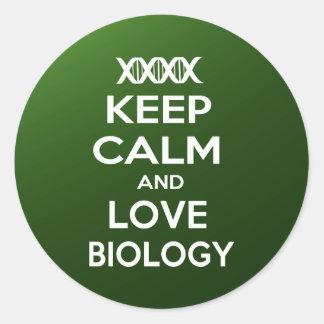 Guarde la calma y la biología del amor pegatina redonda