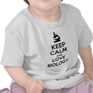Guarde la calma y la biología del amor camiseta