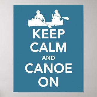 Guarde la calma y la canoa en la impresión póster