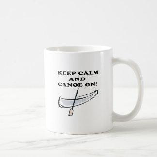 Guarde la calma y la canoa encendido taza básica blanca