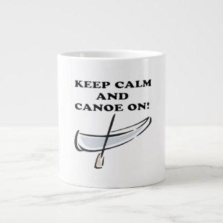 Guarde la calma y la canoa encendido taza grande