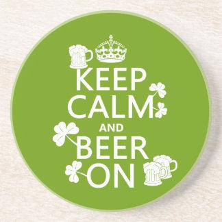 Guarde la calma y la cerveza en (irlandés) (cualqu posavasos personalizados