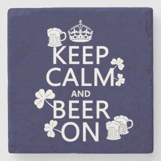Guarde la calma y la cerveza en (irlandés) posavasos de piedra