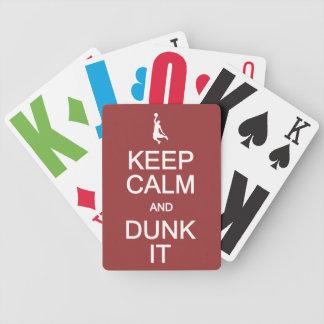 Guarde la calma y la clavada él los naipes barajas de cartas
