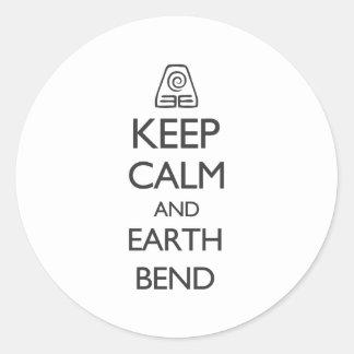 Guarde la calma y la curva de la tierra pegatina redonda