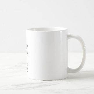 Guarde la calma y la curva de la tierra tazas de café