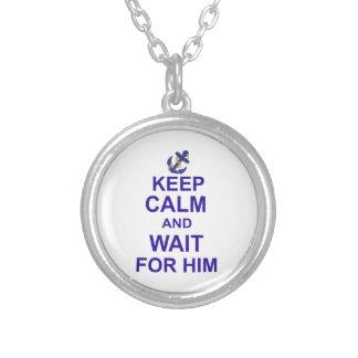 Guarde la calma y la espera para él colgantes