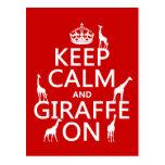Guarde la calma y la jirafa en (los colores del pe postal