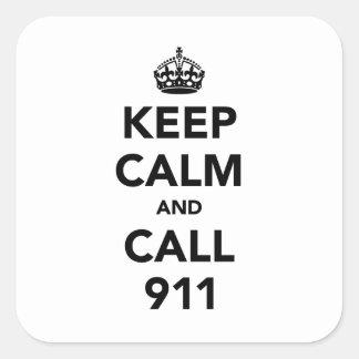 Guarde la calma y la llamada 911 pegatina cuadrada