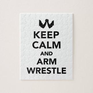 Guarde la calma y la lucha del brazo rompecabezas