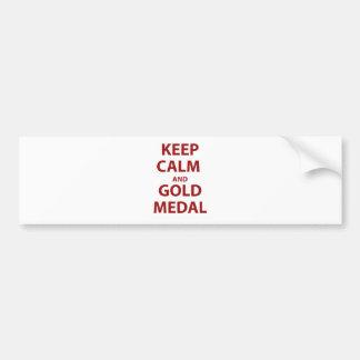 Guarde la calma y la medalla de oro pegatina de parachoque