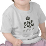 Guarde la calma y la muestra camisetas