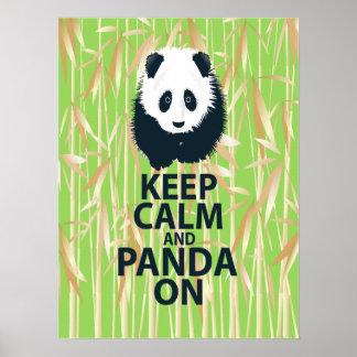Guarde la calma y la panda en bambú de la impresió