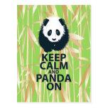 Guarde la calma y la panda en el regalo original postal