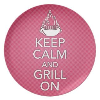 Guarde la calma y la parrilla en la placa plato de comida