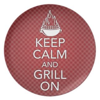 Guarde la calma y la parrilla en la placa platos