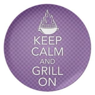 Guarde la calma y la parrilla en la placa platos para fiestas