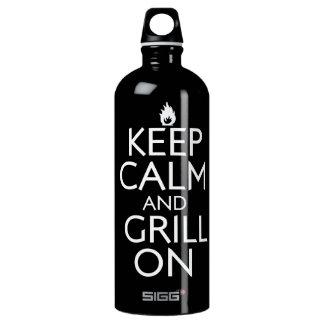 Guarde la calma y la parrilla encendido botella de agua