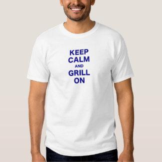 Guarde la calma y la parrilla encendido camisas