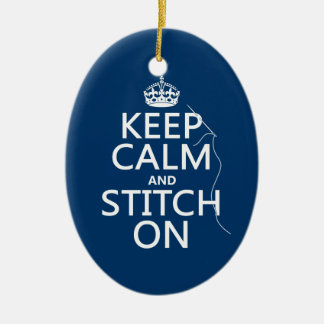 Guarde la calma y la puntada en (todos los adorno navideño ovalado de cerámica