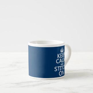 Guarde la calma y la puntada en (todos los colores taza espresso