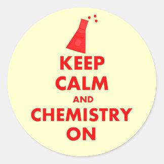 Guarde la calma y la química en los regalos pegatina redonda
