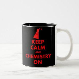 Guarde la calma y la química en los regalos taza dos tonos