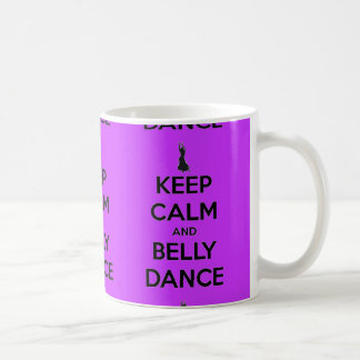 Guarde la calma y la taza de la danza de Belly