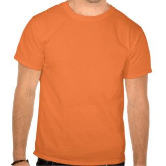 Guarde la calma y la vaina encendido tshirts